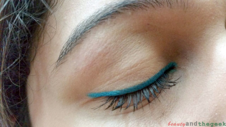 NYKAA GLAMOReyes Eyeliner pencil teal spell swatch